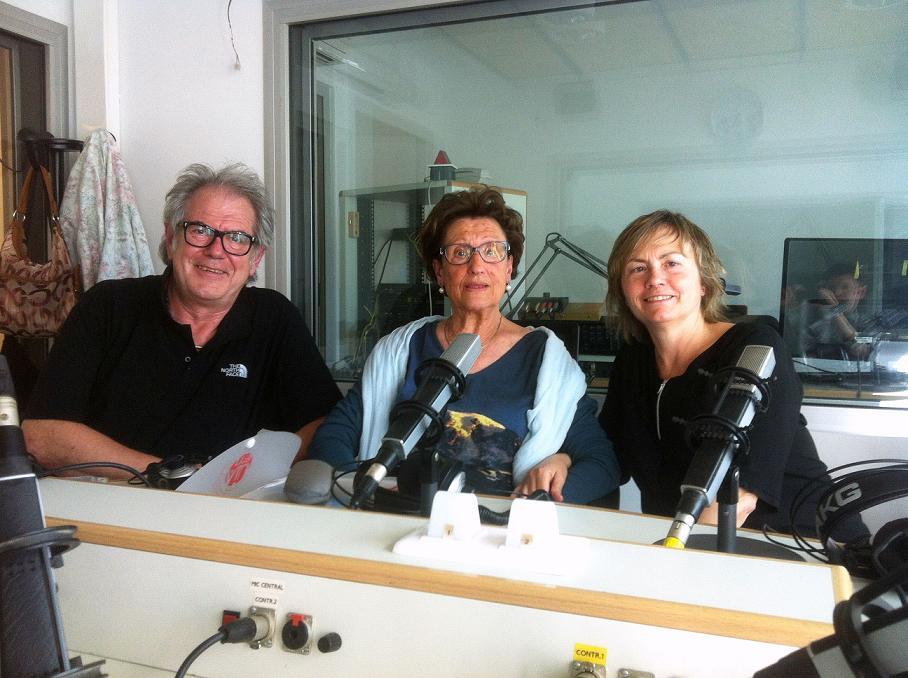 A la imatge, un moment de la gravació de l'obra, als estudis de Matadepera Ràdio, el 2015.